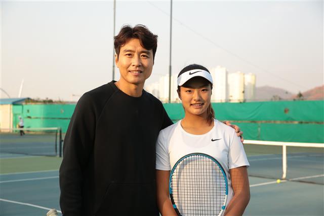 이재아가 지난 15일 인천 송도의 달빛공원 테니스장 코트에서 훈련을 마친 뒤 최근 프로축구 K리그에서 은퇴한 아빠 이동국과 다정한 모습으로 포즈를 취하고 있다.이수진 제공