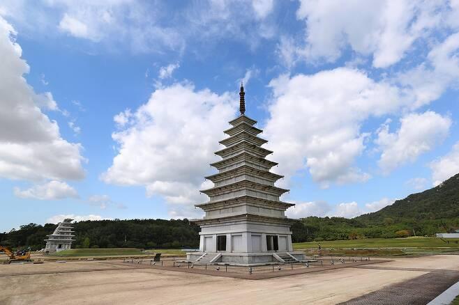 1990년대 초에 복원된 동탑. 왼쪽으로 멀리 미륵사지 석탑이 보인다. [사진/조보희 기자]