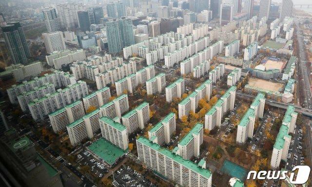 사진은 이날 서울 여의도 63아트에서 바라본 도심 아파트단지. 2020.11.18/뉴스1 © News1