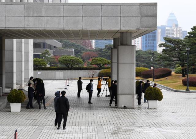 19일 오후 법무부가 윤석열 검찰총장을 대면조사를 실시하기로 했으나 취소했다. 이날 취재진들이 서울 서초구 대검찰청사 앞에서 법무부 담당 검사가 오기를 기다리고 있다. 홍인기 기자