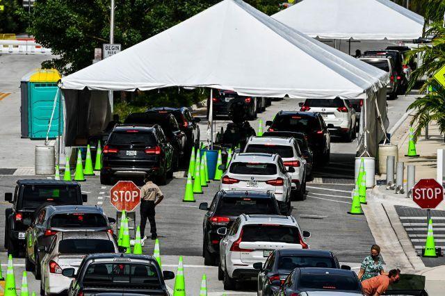 미국 플로리다주 마이애미 비치에 있는 코로나19 검사소에 17일(현지시간) 검사를 받기 위해 방문한 차량의 줄이 길게 늘어서 있다. AFP연합뉴스