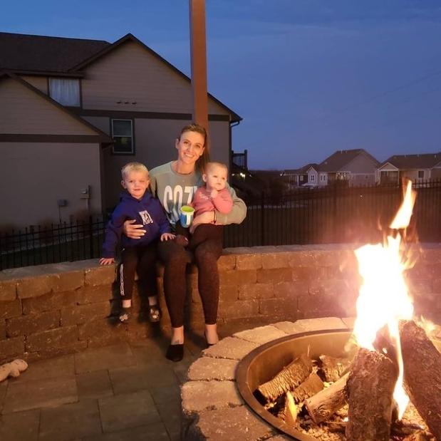 KIA 타이거즈 투수 에런 브룩스가 19일(한국시간) 인스타그램에 모닥불 앞에서 촬영한 아내와 두 아이 사진을 올렸다. 브룩스 인스타그램 캡처