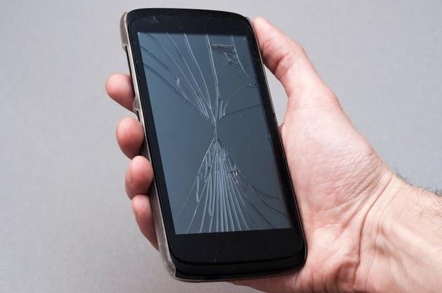깨진 스마트폰 화면 원상복구하는 기술 나왔다 - 깨지거나 금이 간 스마트폰 화면이 스스로 원상복구 하는 기술을 국내 연구진이 개발해 화제가 되고 있다.