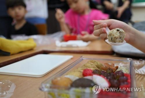 2019년 학교 비정규직 노동자 총파업 당시 도시락 먹는 학생들 [연합뉴스 자료사진]