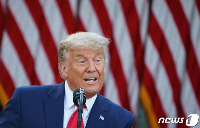 """도널드 트럼프 미국 대통령이 13일(현지시간) 워싱턴 백악관 로즈가든에서 기자회견을 갖고 """"매우 빠른 시일 안에 화이자 백신에 대한 긴급사용승인이 이뤄질 것""""이라며 이르면 내년 4월 전 국민에게 코로나19 백신을 사용할 수 있을 것으로 기대한다고 밝히고 있다. © AFP=뉴스1 © News1 우동명 기자"""