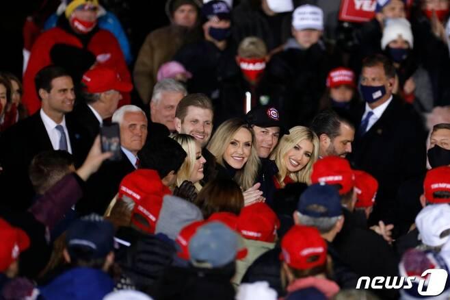 지난 2일(현지시간) 트럼프 대통령의 선거 유세집회에 참석한 트럼프 대통령의 자녀들과 마이크 펜스 부통령 © AFP=뉴스1