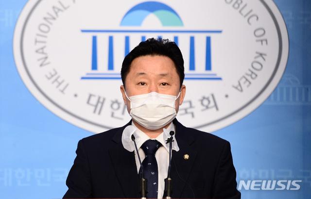 [서울=뉴시스]김선웅 기자 = 최인호수석대변인(의원)이 11일 서울 여의도 국회 소통관에서 더불어민주당 보궐당헌당규 개정 전당원 투표 결과를 브리핑하고 있다.이날 민주당은 지난달 31일과 11월 1일 이틀간 권리당원 투표를 진행했고 투표 참여한 권리당원 86.64%가 당헌 개정 및 공천에 찬성, 내년 4월 서울·부산시장 보궐선거에서 후보를 내기로 결론지었다. (공동취재사진) 2020.11.02 photo@newsis.com