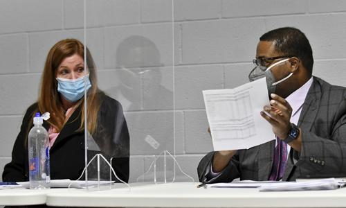 웨인 카운티 선거관리위원회 의장 모니카 팔머(왼쪽)와 민주당 조너선 킨로치 부의장이 지난 17일(현지시간) 디트로이트에서 열린 이사회에서 선거 인증안을 논의하고 있다. AP연합뉴스