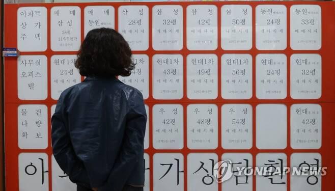 부동산중개업소 창에 붙은 매물정보들 [연합뉴스 자료사진]