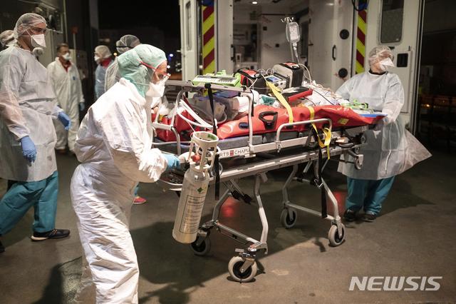 [스트라스부르=AP/뉴시스]12일(현지시간) 프랑스 스트라스부르에 있는 오트피에르 병원 의료진이 리옹 지역에서 헬기로 이송된 코로나19 환자를 옮기고 있다. 이 환자는 리옹 지역 병원이 포화상태라 이곳으로 이송됐다. 2020.11.13.