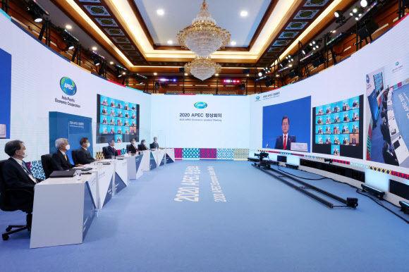 문재인 대통령이 20일 오후 청와대에서 열린 아시아태평양경제협력체(APEC) 정상회의에 앞서 각국 정상들과 화상으로 단체촬영을 하고 있다. 연합뉴스