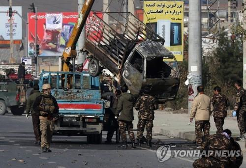 카불 시내 로켓 발사에 사용된 소형 트럭 [EPA=연합뉴스]