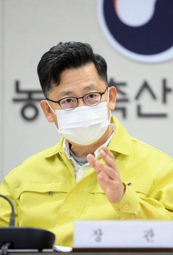 김현수 농림축산식품부 장관이 15일 가축질병 상황회의를 주재하면서 고병원성 조류인플루엔자(AI) 방역에 최선을 다할 것을 당부하고 있다. /사진=농림축산식품부