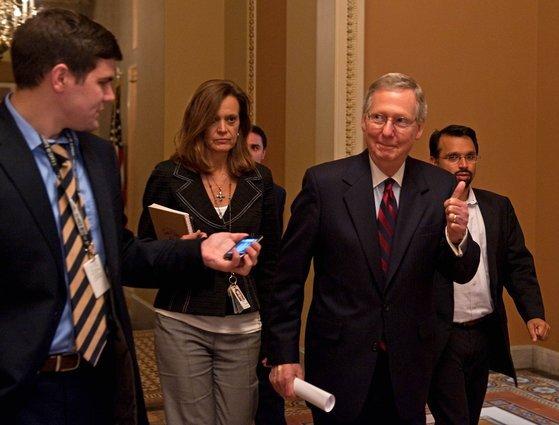 2011년 7월 미치 매코널 공화당 상원 원내대표가 미국 디폴트를 막기 위한 협상이 타결되자 엄지 손가락을 들어 올리고 있다. [AFP=연합뉴스]