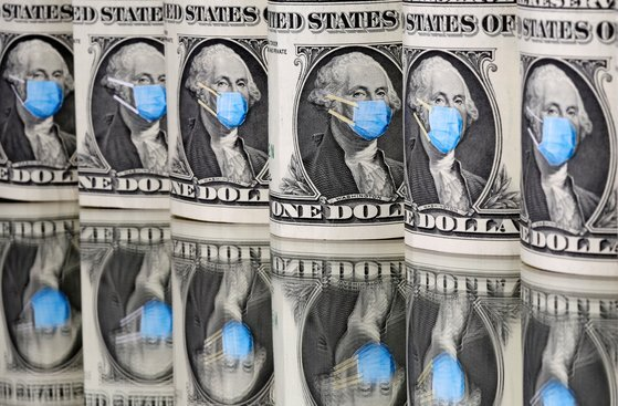 달러화의 조지 워싱턴 미국 초대 대통령에 마스크를 씌운 이미지. 로이터=연합뉴스