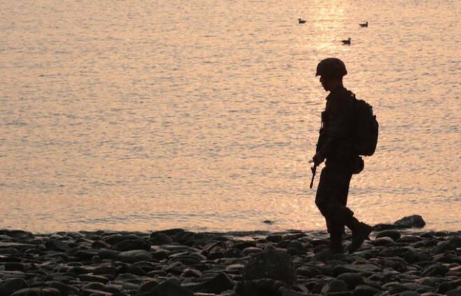 해병 연평부대원이 연평도 해안 일대를 순찰하고 있다. 세계일보 자료사진