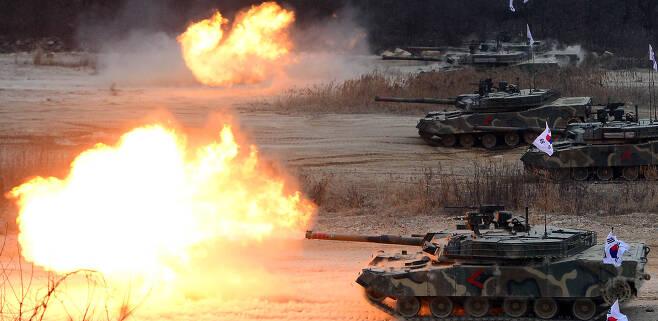 경기 포천 다락대 훈련장에서 육군 6군단의 K1 전차가 가상의 적을 향해 화력시범을 보이고 있다. 서울신문 DB