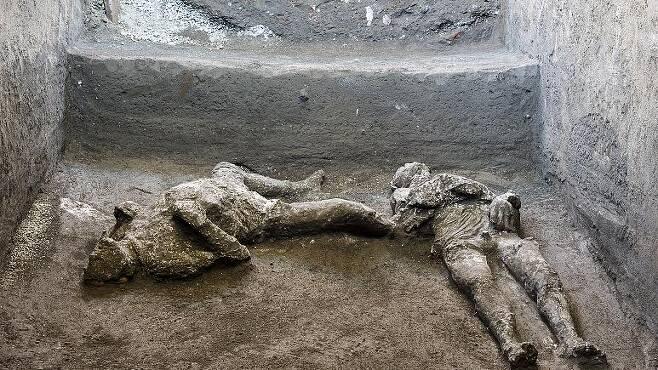 귀족과 노예로 추정되는 두 남성의 유해(사진=AP 연합뉴스)