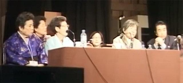 2000년 12월 8일 일본 도쿄에서 열린 '일본군 성노예 전범 여성국제법정'에서 일본군 위안부 피해자인 고 안법순 문필기 하상숙 할머니(왼쪽부터)가 증인으로 출석해 피해 사실을 증언하고 있다. 여성가족부 제공 영상 캡처