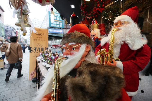 기온이 큰 폭으로 떨어진 20일 서울 남대문시장 크리스마스 용품점에 소품들이 진열되어 있다. 연합뉴스