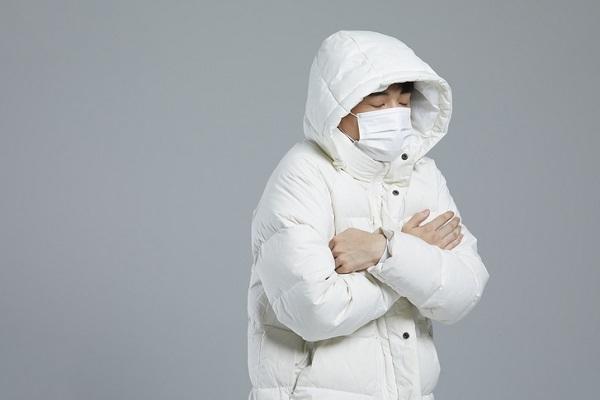 야식과 과식이 잦으면 위장에만 혈액이 과도하게 몰려 열이 발생해 몸 전체는 추위를 잘 느낄 수 있다./사진=클립아트코리아