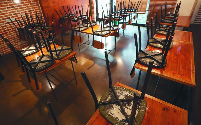 코로나19의 급격한 확산으로 영업을 중단한 경남 하동의 한 식당에 22일 테이블 위로 의자가 모두 올려져 있다. 전날부터 사회적 거리두기 2단계를 실시 중인 하동의 음식점은 오후 9시 이후부터는 포장·배달만 가능하다. 연합뉴스
