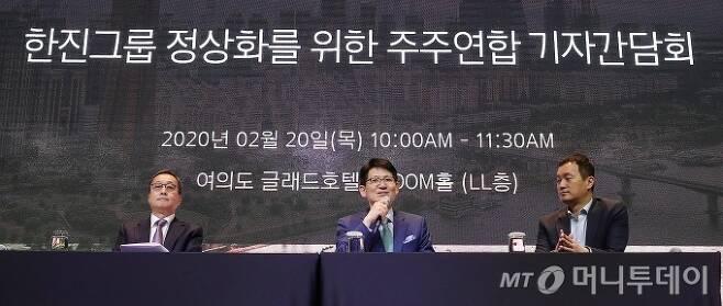 KCGI 강성부 대표(가운데)가 20일 오전 서울 영등포구 여의도동 글래드 호텔에서 열린 '한진그룹 정상화를 위한 주주연합 기자간담회'에서 취재진 질의에 답하고 있다. / 사진=김창현 기자 chmt@
