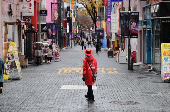 사회적 거리두기 2단계 격상이 임박한 가운데 22일 서울 중구 명동거리가 한산하다. 2020. 11. 22 박윤슬 기자 seul@seoul.co.kr