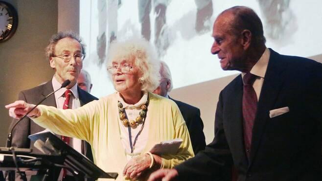 1953년 5월 29일(현지시간) 에드먼드 힐러리 경의 에베레스트 초등을 특종 보도했던 영국 여행작가 잔 모리스가 에베레스트 초등과 엘리자베스 2세 여왕의 즉위 60주년인 2013년 필립 공과 함께 연회에 참석하고 있다.AFP 자료사진 연합뉴스
