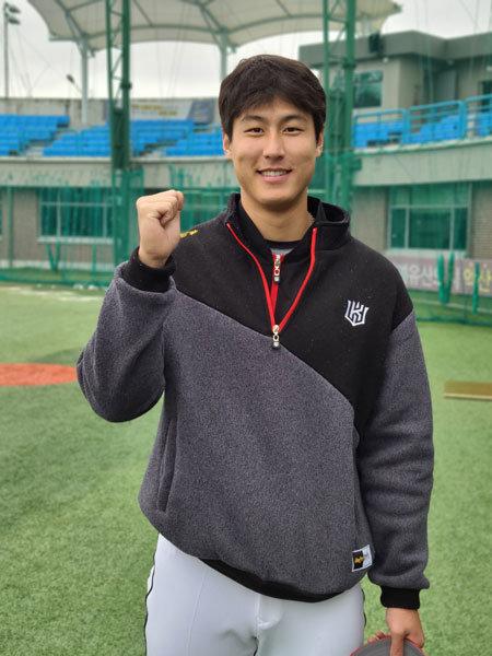 KT 김건형이 22일 익산야구장에서 열린 마무리캠프 훈련을 마친 뒤 포즈를 취하고 있다. 사진제공|KT 위즈