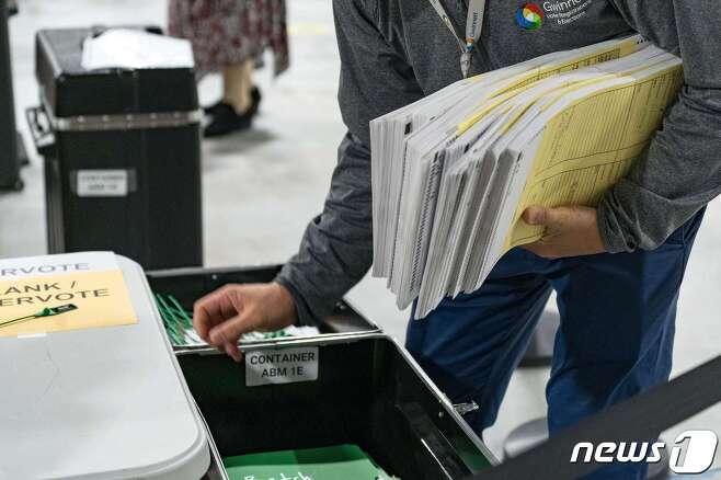 16일 미국 조지아주에서 대선 재검표 작업이 이뤄지고 있다. © AFP=뉴스1