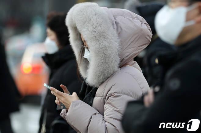 23일 오전 서울 광화문 사거리 인근에서 시민들이 잔뜩 움츠린 채 출근하고 있다. 2020.11.23/뉴스1 © News1 이동해 기자