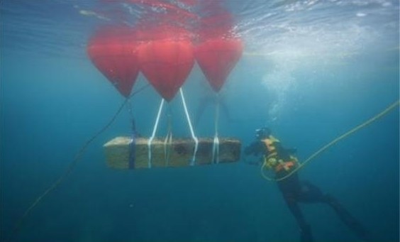 제주 신창리 해역 수중발굴조사에서 확인한 중국 무역선 닻돌 인양 모습.(국립해양문화재연구소 제공)© 뉴스1