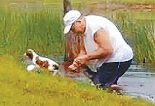 21일 미국 플로리다 주민 리처드 윌뱅크스 씨가 맨손으로 악어의 입을 벌려 반려견 거너를 구출하고 있다. CNN 캡처