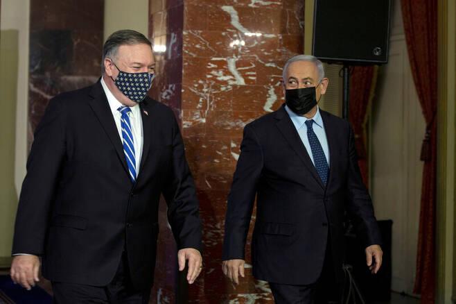 마이크 폼페이오(왼쪽) 미국 국무장관이 19일 예루살렘에서 베냐민 네타냐후 이스라엘 총리와 공동선언을 한 뒤 함께 걸어나가고 있다. 로이터 연합뉴스