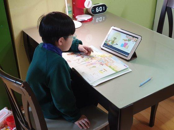 23일 초등학교 1학년인 이지오(7)군이 EBS 교육방송을 보며 온라인 학습을 하고 있다. [독자 제공]
