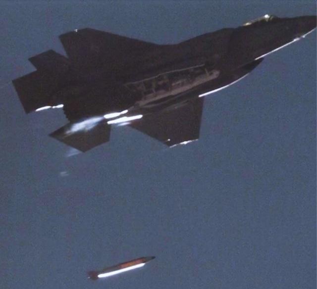 """[서울=뉴시스]미국 3대 핵무기 개발기관인 샌디아국립연구소는 23일 보도자료를 내어 """"스텔스전투기 F-35A 라이트닝2에 장착한 B61-12 개량형 전술 핵폭탄의 첫 적합성 시험을 성공적으로 진행했다""""고 밝혔다. 이번 실험은 미국 네바다주 토노파 시험장에서 지난 8월25일 진행됐다. 사진은 샌디아국립연구소가 홈페이지에 공개한 시험 장면. 2020.11.24"""