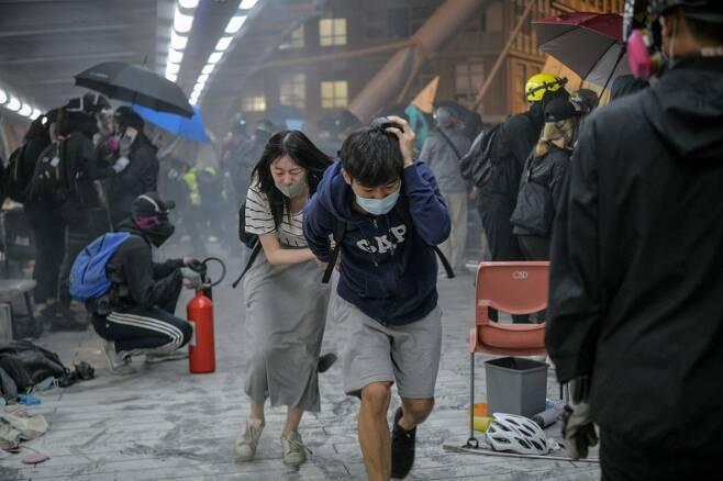 지난해 11월 홍콩 이공대에서 시위대와 경찰이 16일간 대치했다. 당시 이곳은 시위대 '최후의 보루'로 불렸다. /AFPBBNews=뉴스1