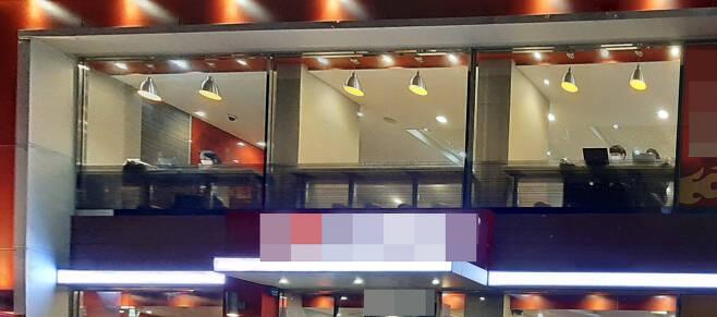 지난 24일 서울 광진구 화양동의 한 패스트푸드점 2층 창가 자리에 앉은 시민들이 노트북을 들여다보고 있다.주소현 기자/addressh@heraldcorp.com