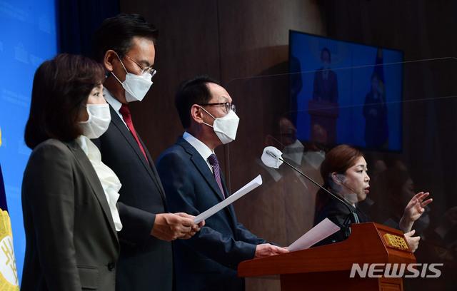 [서울=뉴시스] 김진아 기자 = 국회 법제사법위원회 국민의힘 의원들. (공동취재사진)  2020.11.19 photo@newsis.com