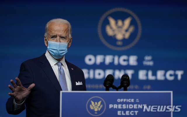 [윌밍턴=AP/뉴시스]조 바이든 미국 대통령 당선인이 24일(현지시간) 델라웨어주 윌밍턴의 퀸 극장에서 차기 행정부 외교안보팀 지명자들을 소개하고 있다. 2020.11.25.
