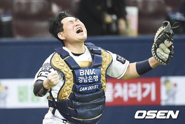 [OSEN=고척,박준형 기자] 한국시리즈 우승 확정 뒤 양의지가 환호하고 있다. / soul1014@osen.co.kr