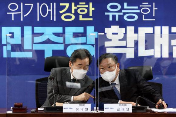 이낙연 더불어민주당 대표(왼쪽)와 김태년 원내대표. 뉴스1