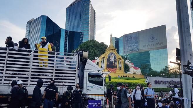 국왕이 최대주주인 SCB 본사 앞에서 집회 중인 반정부 시위대 2020.11.25 [방콕=김남권 특파원]
