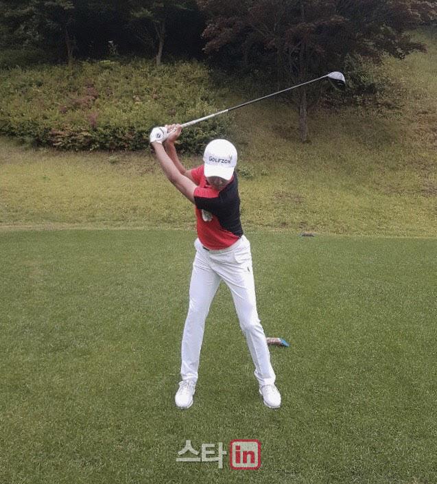 김한별이 왼쪽 겨드랑이 헤드 커버를 끼고 연습 스윙을 하고 있다. (사진=임정우 기자)