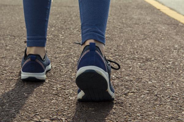 빨리 걷기 운동을 꾸준히 하는 여성은 고혈압 발병 위험을 낮출 수 있다는 연구 결과가 나왔다./사진=게티이미지뱅크