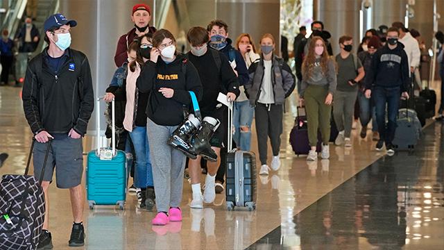 미 교통안전청(TSA)에 따르면 추수감사절 이동이 시작된 지난 20일부터 닷새 동안 488만명이 공항 검색대를 통과했다. [사진 출처 : AP=연합뉴스]