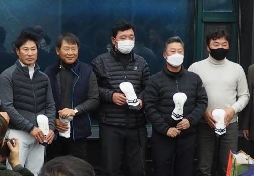 공영준, 박부원 프로 등 이날 선수들은 젠타블랙 부상품과 함께 뜻깊은 대회의 의의를 새겼다.