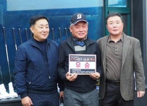 제3회 KPGA친구 시니어에서 우승한 유건희(가운데)프로와 정헌철(왼쪽) 젠타골프코리아 대표, 김기호 프로.