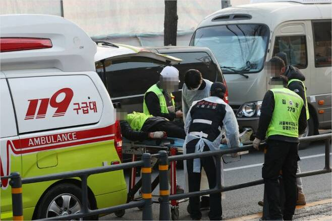 서울 성북구 장위동 사랑제일교회에 대한 명도집행이 시작된 26일 오전 부상자가 구급차에 옮겨지고 있다. (사진=연합뉴스)